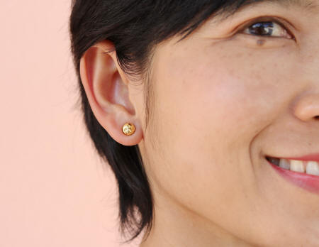 18k gold stud diamond cut earrings